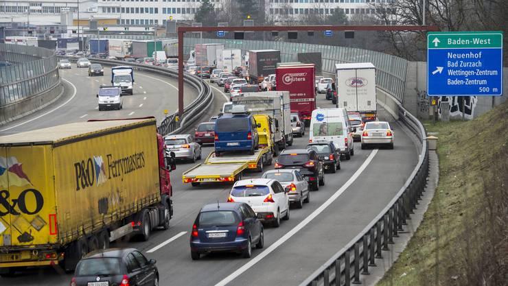 Autos stehen im Stau nach einem Lastwagenunfall auf der A1 von Zuerich Richtung Bern/Basel