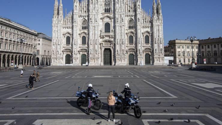Italienische Polizisten kontrollieren das Areal rund um den Mailänder Dom. (Archivbild)