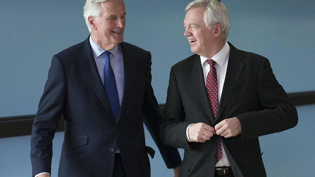 EU-Chefunterhändler Michel Barnier (links) hat am Montag in Brüssel vor der vierten Brexit-Verhandlungsrunde britischen Forderungen eine Absage erteilt. Brexit-Minister David Davis hatte eine direkte Verbindung zwischen den Finanzforderungen der EU und den künftigen Beziehungen hergestellt.