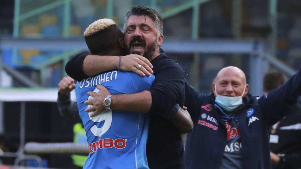 Napoli-Trainer Gennaro Gattuso und Stürmer Victor Osimhen feiern den Sieg gegen Atalanta Bergamo