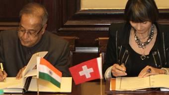 Bundesrätin Calmy-Rey und der indische Finanzminister Mukherjee unterzeichnen das Doppelbesteuerungsabkommen