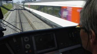 Der Zugverkehr auf der Bahn-2000-Strecke ist am Samstagmorgen wieder aufgenommen worden - vorher musste ausgelaufenes Öl beseitigt werden. (Archivbild)