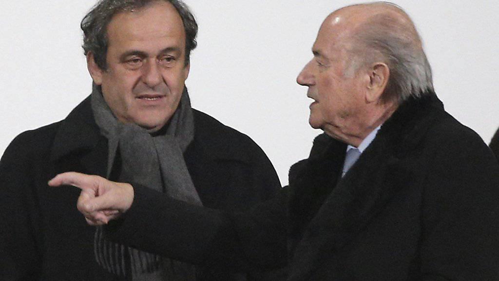 Sepp Blatter (rechts) und Michel Platini sollen für acht Jahre gesperrt werden.
