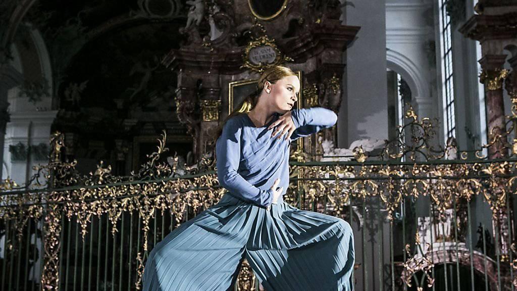"""Tänzerin Robina Steyer tanzt im Altarraum der St. Galler Kathedrale. Das Tanzstück """"Rosenkranz"""" der St. Galler Festspiele feierte am Mittwoch Premiere."""