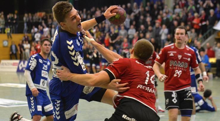 Patrick Romann (rechts, Suhr) foult Lukas Schubnell (links, Endingen). Dieses Foul führte zum Penalty, der den Ausgleich brchte © Alexander Wagner