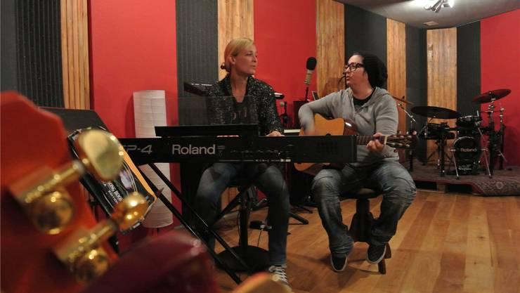 Heather Brewer (r.) und Christina Frei geben im Studio Gitarre- und Klavierunterricht. Aber nicht nur das.Stampfli