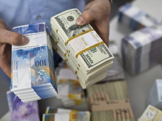 Der Glaube an eine stärkere US-Wirtschaft und vor allem an höhere Zinsen hat den US-Dollar erstarken lassen. Vor allem aber ist es die Erwartung steigender Zinsen/Renditen, die die amerikanische Währung für Anleger interessanter gemacht hat. Dieser Effekt könnte bereits ganz oder teilweise im Anstieg des Dollars der letzten Monate «verbraucht» sein. Sollte der Dollar weiter zulegen, wäre das für die Schweiz eine gute Nachricht. Denn die Schweizerische Nationalbank (SNB) muss den Franken nicht nur vor einer Aufwertung gegenüber dem Euro bewahren, sondern auch zum Dollar. Die USA sind nach Europa die wichtigste Exportdestination der Schweizer Wirtschaft.