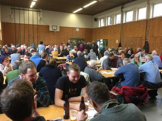 Theo Kloter (links) und Max Strickler bei der Suppenausgabe.  Der Lengnauer Suppentag ist ein beliebter Weihnachtsanlass.