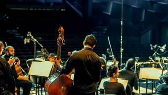 Noch sind nicht alle Stühle besetzt, denn die Mitglieder des Syrian Expat Philharmonic Orchestra leben über ganz Europa verstreut (Pressebild)