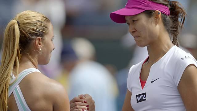 Li Na (rechts) erhält die verdienten Gratulationen von Cibulkova