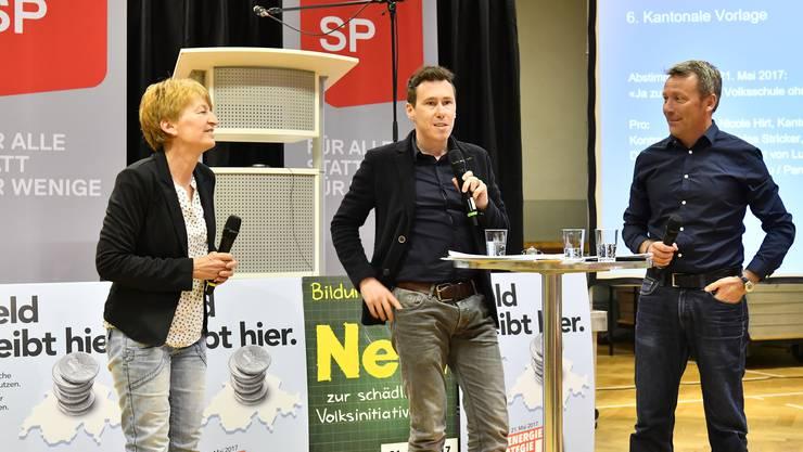 An der Diskussion zum Lehrplan 21 kreuzten Nicole Hirt, GLP (l.) und Mathias Stricker, SP, die Klingen. Lucien Fluri moderierte.