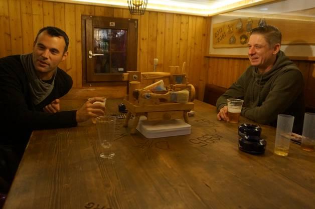 In Denys Barwagen hat es eine Schnupfkanone. Im Bild Sascha Bärenbold (links) und Patrick Roth aus Weiningen. Hier treffe man alte Schulkollegen wieder, sagen die zwei.
