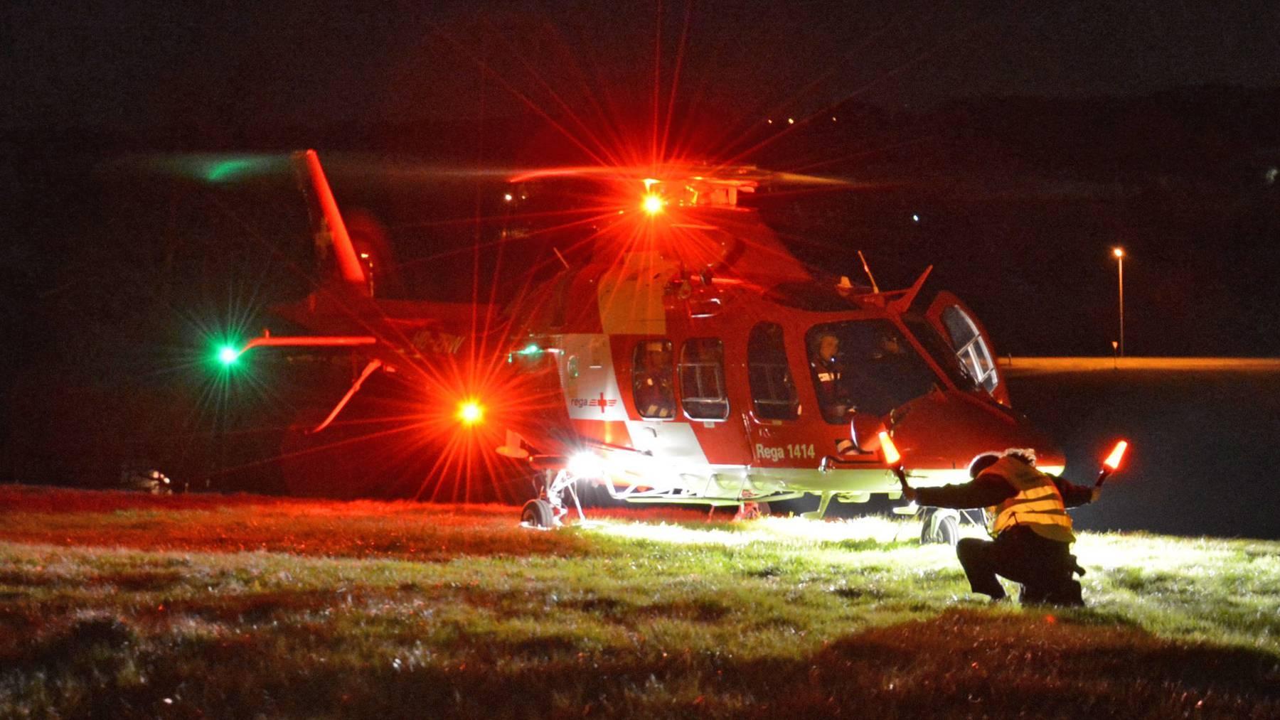 Der schwer verletzte Mann musste mit einer Seilwinde aus unwegsamen Gelände geborgen werden.