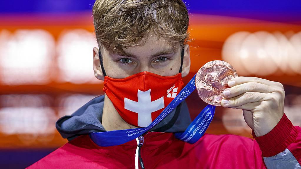 Auch Roman Mityukov im Medaillenglück: Der 20-jährige Genfer zeigt die über 200 m Rücken gewonnene EM-Bronzemedaille.