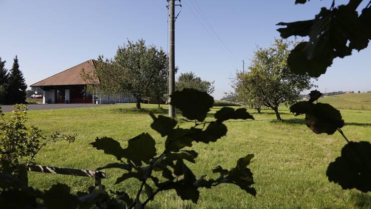 Zankapfel ist dieser Landstreifen hinter dem Gemeindehaus.