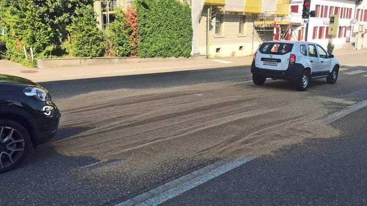 Ein Traktorfahrer verlor am Mittwochmorgen rund 300 Kilogramm Getreide auf der Tösstalstrasse in Winterthur-Seen.