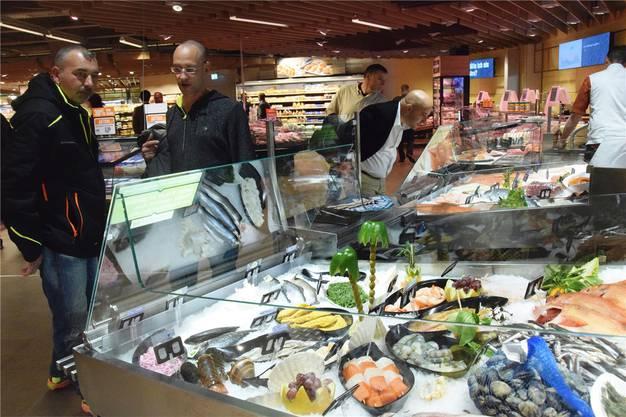 Frischer Fisch: Die Besucher loben bei einem ersten Rundgang die angenehme Atmosphäre und die grosszügigen Platzverhältnisse.