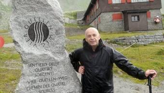 Bundesrat Ueli Maurer am Gedenkstein zum Vier-Quellen-Weg beim Gotthard Hospiz