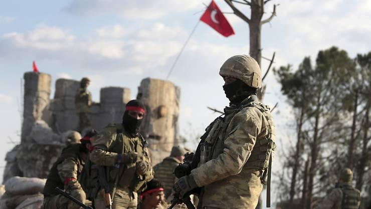 Protürkische syrische Kämpfer und türkische Soldaten in der Kurdenregion Bursayah im Norden Syriens. (Archivbild)