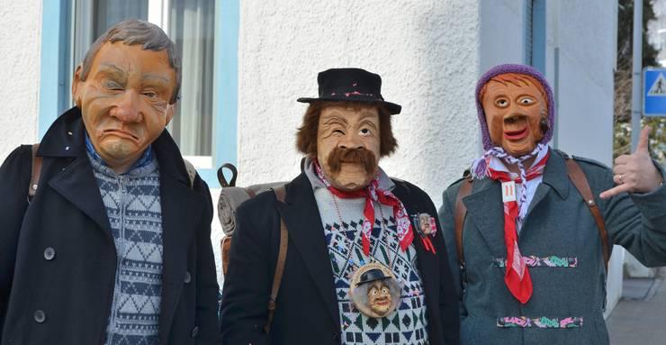 Originelle Masken am Strassenrand