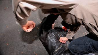 Bei einer Schlägerei in der Steinenvorstadt wurde ein junger Mann schwer im Gesicht verletzt. Er musste auf die Notfallstation. (Symbolbild)