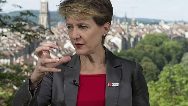 Bundespräsidentin Simonetta Sommaruga ruft am Radio und am Fernsehen dazu aufgerufen, die direkte Demokratie zu pflegen. Aufgezeichnet wurde die Rede mit der Berner Altstadt im Hintergrund.