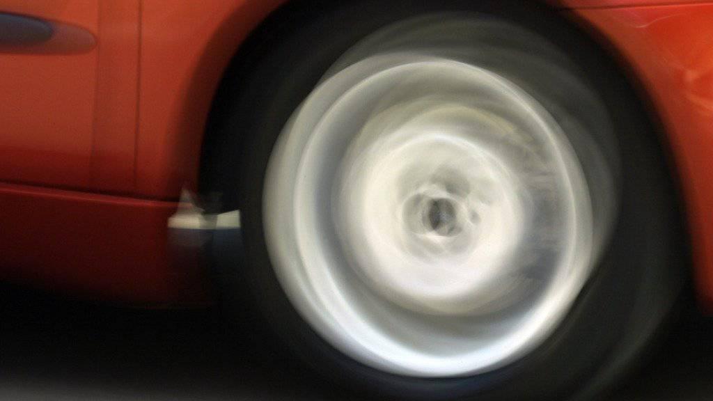 Die Tessiner Behörden haben einen Autofahrer gestoppt, der im Verdacht steht, schwere Verstösse gegen das Strassenverkehrsgesetz begangen zu haben. (Themenbild)