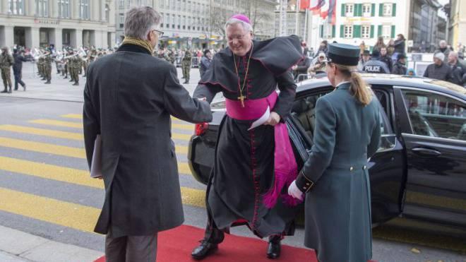 Mit wehendem Gewand: Der neue Nuntius, Thomas Gullickson, kam am 13. Januar zum Neujahrsempfang ins Bundeshaus. Foto: Keystone