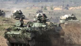 """Weissrussische Panzer bereiten sich auf den Begin der Übung """"Sapad 2017"""" vor: Osteuropäische Länder fürchten, dass sich russische Truppen in Weissrussland festsetzen."""