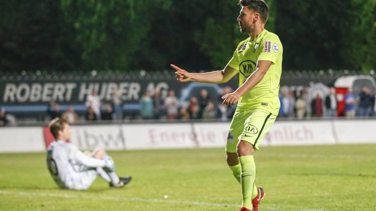 Der Torschütze zum 1:3 Gianluca Frontino (Aarau) jubelt nach dem Tor, Enttaäschung bei Torhüter Flamur Tahiraj (am Boden, Wohlen)