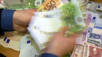 Schweizer Firmen schliessen Verträge unter einander zunehmend in Euro statt in Franken ab (Symbolbild).