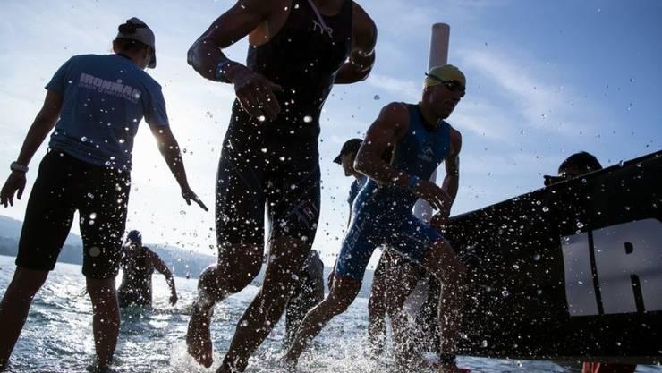 Teilnehmer des Ironman Switzerland kommen nach der Schwimmstrecke aus dem Zürichsee.  Künftig wird der Anlass in Thun stattfinden.
