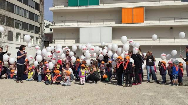 Die Kinder lassen die Ballone steigen – Jeannette Good, Geschäftsleiterin des Vereins ABB Kinderkrippen, ist glücklich.