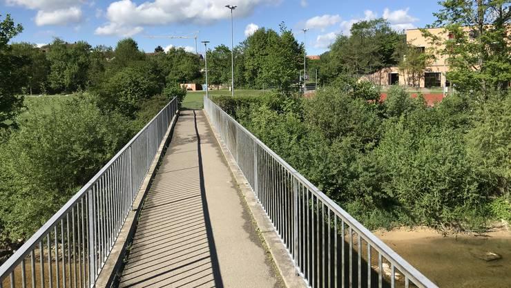 Dieser halblegale Schleichweg über die alte Fussgängerbrücke weicht demnächst einem hochoffiziellen Radweg. (zvg / Tiefbauamt BL)