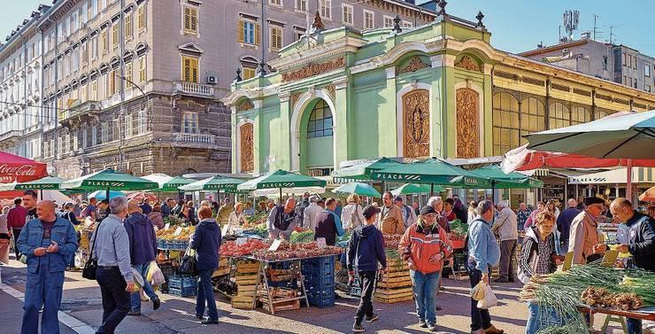 Auf dem Strassenmarkt von Rijeka gibt es Früchte, Gemüse und Blumen. Im grünen Gebäude gibt es weitere Stände, wo Fleisch feilgeboten wird.