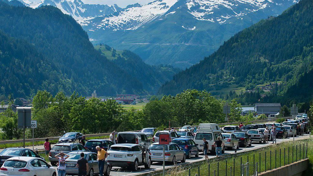Stau mit Aussicht: Auf der Rückreise in den Norden mussten Autofahrer auch am Sonntag lange Wartezeiten vor dem Gotthard im Tessin in Kauf nehmen. (Archivbild)