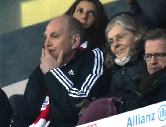 Erstmals nach seiner Haftstrafe sitzt der frühere Bayern-Präsident Uli Hoeness wieder in der Allianz-Arena. Er muss die Niederlage mit ansehen.