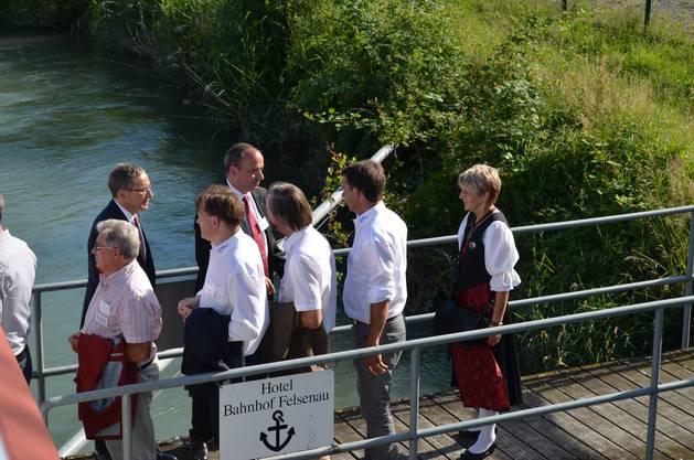 Landammann Urs Hofmann (hinten links) und Grossratspräsident Markus Dieth (hinten rechts) empfangen die Koblenzer mit Gemeindeammann Heidi Wanner (ganz rechts) in Felsenau.