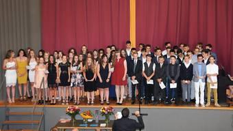 Im grossen Chor und mit einem Intermezzo von zwei Gitarristen trugen auch die Schülerinnen und Schüler der 2. Sek P zum Programm der Schlussfeier bei.