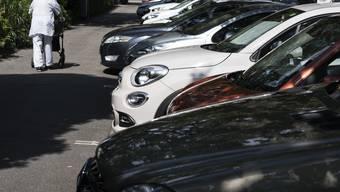 Parkplätze, Parkieren, Autos im ruhenden Verkehr.