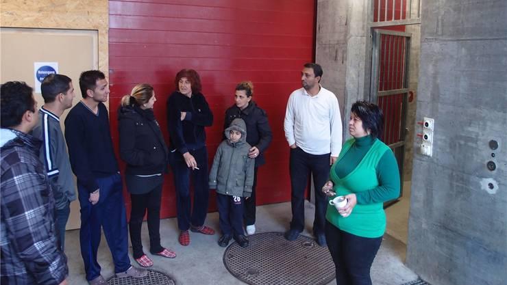 Serbische Roma vertreiben sich die Zeit mit Rauchen vor dem provisorischen Asylempfangszentrum.