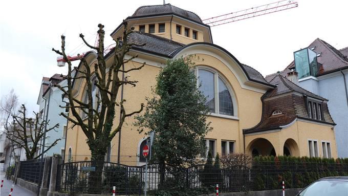 Die Israelitische Kultusgemeinde Baden musste ihre Synagoge aus Sicherheitsgründen gleich doppelt einzäunen. Solche Massnahmen sind teuer. Deshalb fordert der Bundesrat die Kantone zur finanziellen Unterstützung auf. SKU