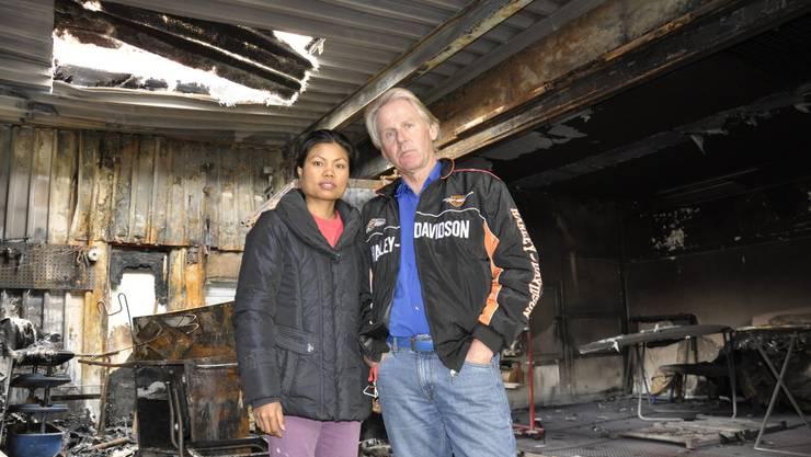 Ueli Anliker und seine Frau Duang im vermieteten Autospritzwerk, das völlig ausgebrannt ist.