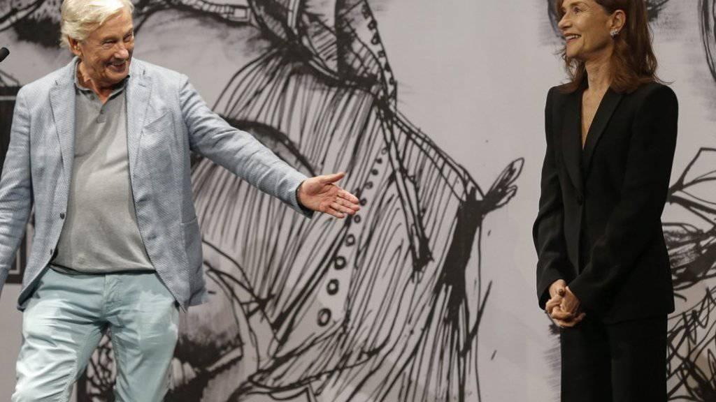Isabelle Huppert (r) posiert mit dem holländischen Regisseur Paul Verhoeven (Archiv)