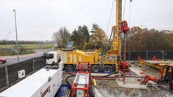 In der Genfer Gemeinde Satigny hat am Donnerstag die Probebohrung für ein Geothermie-Projekt in 650 Meter Tiefe begonnen.