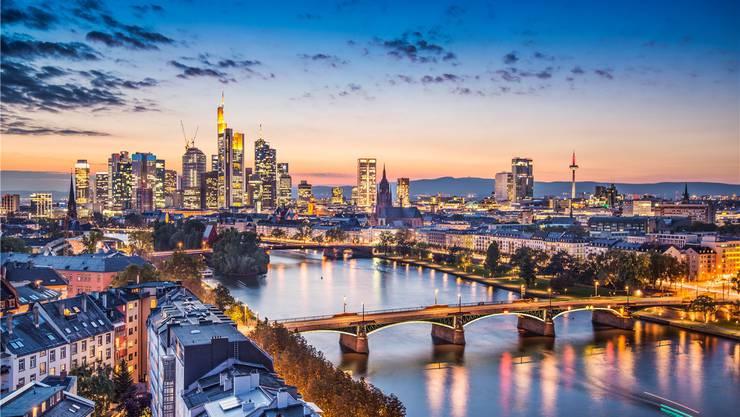 Die Skyline der deutschen Finanzmetropole Frankfurt am Main. Experten rechnen damit, dass Frankfurt vom Brexit mehr profitiert als Zürich. Thinkstock