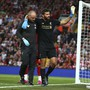 Der Liverpooler Goalie Alisson muss das Feld wegen einer Wadenverletzung verlassen