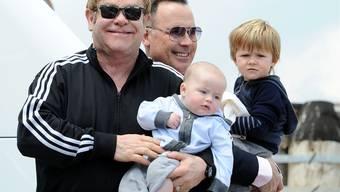Auf Elton Johns Spuren: Auch Schweizer Männerpaare kommen dank Leihmutter zu ihrem Wunschkind.