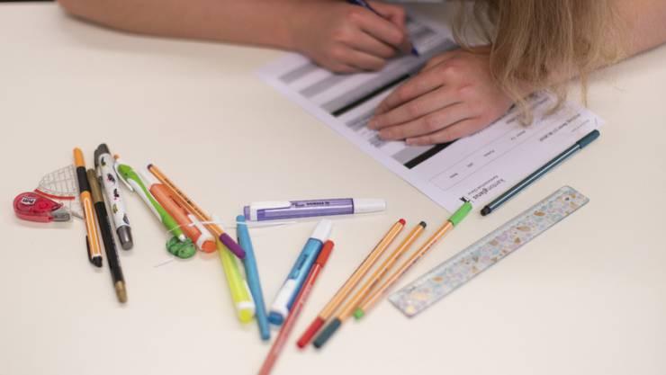 Baselbieter Lehrpersonen können die Lehrmittel für alle Fächer künftig aus einer vom Bildungsrat erlassenen Liste auswählen. (Symbolbild)