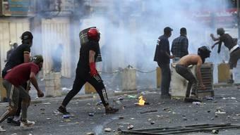Die politischen Kräfte im Irak haben sich darauf verständigt, den durch die Proteste stark unter Druck geratenen Regierungschef Abdel Mahdi zu stützen und entschieden gegen die Protestbewegung vorzugehen. Am Samstag schossen Sicherheitskräfte mit scharfer Munition. Mehrere Menschen wurden getötet.